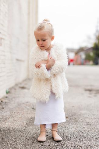Cómo combinar: bailarinas en beige, vestido blanco, abrigo de pelo blanco