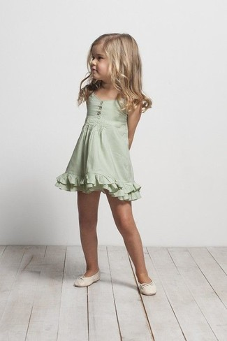 Cómo combinar: bailarinas en beige, vestido verde