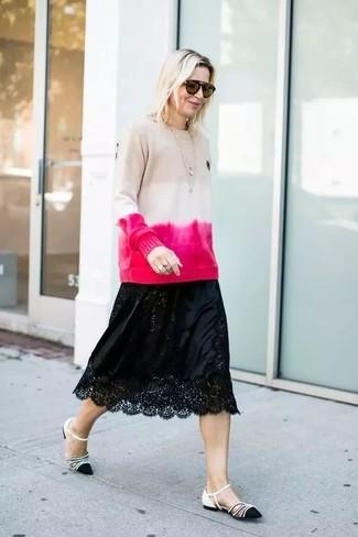 Cómo combinar: gafas de sol marrónes, bailarinas de cuero en negro y blanco, falda midi de encaje negra, jersey con cuello circular efecto teñido anudado en beige