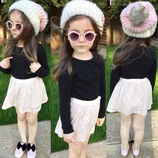 Cómo combinar: gorro blanco, bailarinas rosadas, falda de encaje blanca, camiseta de manga larga negra
