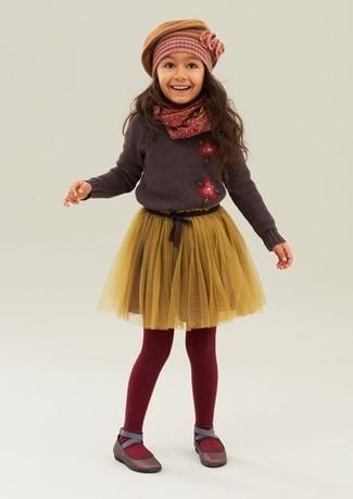 Cómo combinar: boina mostaza, bailarinas en marrón oscuro, falda de tul amarilla, jersey en marrón oscuro