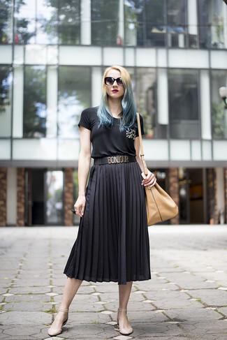Cómo combinar: mochila con cordón de cuero marrón claro, bailarinas de cuero en beige, falda midi plisada negra, camiseta con cuello circular con adornos negra
