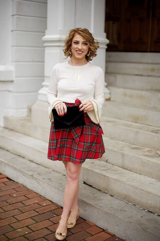 Cómo combinar: cartera sobre de terciopelo negra, bailarinas de cuero marrón claro, falda skater de tartán roja, jersey con cuello circular en beige