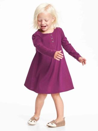 Cómo combinar: bailarinas marrón claro, vestido morado