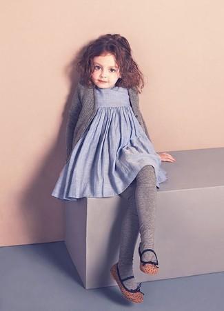 Cómo combinar: medias grises, bailarinas marrónes, vestido de lino celeste, cárdigan gris