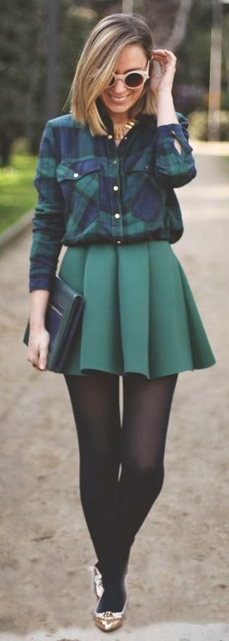 Cómo combinar: cartera sobre de cuero verde oscuro, bailarinas de cuero doradas, minifalda plisada verde oscuro, camisa de vestir de tartán en azul marino y verde