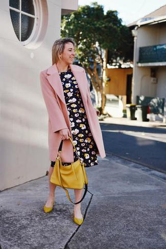 Cómo combinar: bolsa tote de cuero mostaza, bailarinas de cuero mostaza, vestido skater con print de flores negro, abrigo rosado