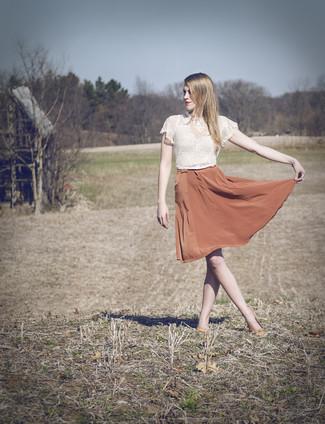 Cómo combinar: collar rosado, bailarinas de cuero naranjas, falda campana de seda naranja, top corto de encaje blanco