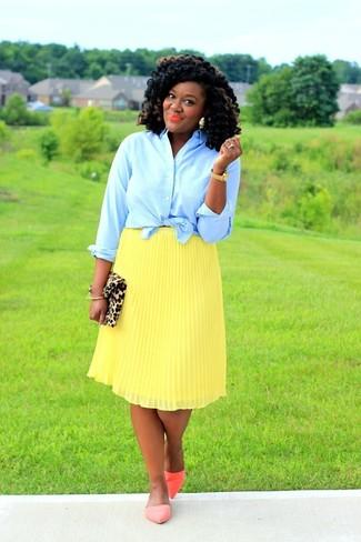 Cómo combinar: cartera sobre de ante de leopardo marrón claro, bailarinas de cuero naranjas, falda midi plisada amarilla, camisa de vestir celeste