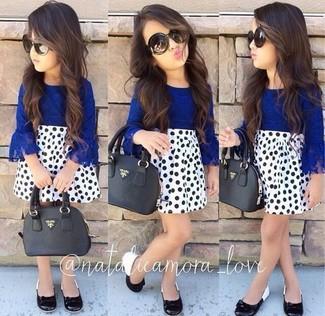 Cómo combinar: bailarinas negras, falda a lunares blanca, camisa de vestir azul