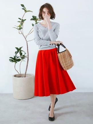 Cómo combinar: bolsa tote de paja marrón claro, bailarinas de cuero negras, falda campana roja, jersey de pico gris