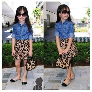Cómo combinar: bailarinas negras, falda de leopardo marrón, camisa de vestir vaquera azul