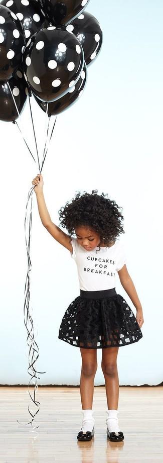 Cómo combinar: calcetines blancos, bailarinas negras, falda negra, camiseta blanca