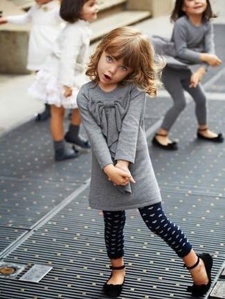 Cómo combinar: bailarinas negras, leggings a lunares azul marino, vestido de lana gris