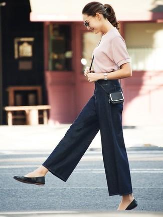 Cómo combinar: bolso bandolera de cuero negro, bailarinas de cuero negras, pantalones anchos vaqueros azul marino, jersey de manga corta rosado