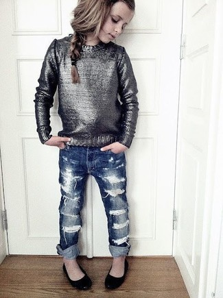 Cómo combinar: bailarinas negras, vaqueros azul marino, jersey plateado
