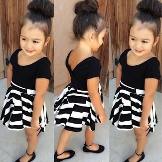 Cómo combinar: bailarinas negras, vestido en negro y blanco