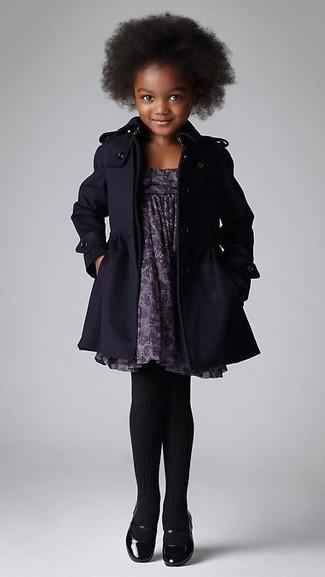 Cómo combinar: medias negras, bailarinas negras, vestido estampado gris, abrigo negro