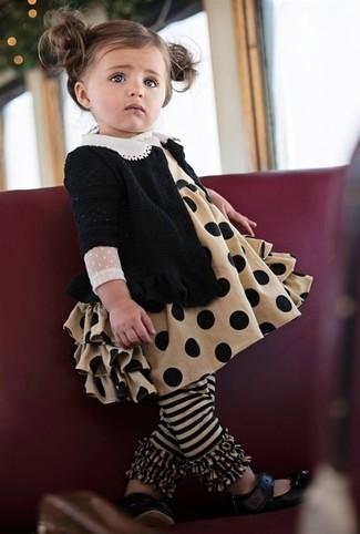 Cómo combinar: bailarinas negras, vestido marrón claro, cárdigan negro