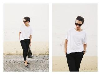 Combinar un reloj negro: Elige una camiseta con cuello circular blanca y un reloj negro transmitirán una vibra libre y relajada. Con el calzado, sé más clásico y usa un par de bailarinas de cuero con tachuelas negras.