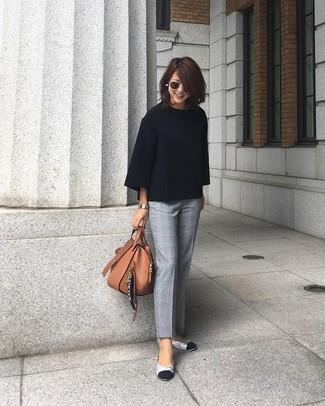 Cómo combinar: bolsa tote de cuero marrón, bailarinas de cuero plateadas, pantalón de vestir de tartán gris, jersey oversized negro