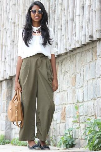 Cómo combinar: bolsa tote de cuero marrón claro, bailarinas de cuero negras, pantalones anchos verdes, camisa de vestir de seda blanca