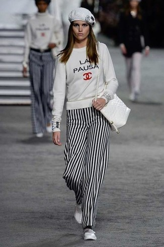 Cómo combinar: bolso bandolera de cuero blanco, bailarinas de cuero blancas, pantalones anchos de rayas verticales en blanco y negro, sudadera estampada blanca