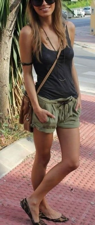 Cómo combinar: bolso bandolera de cuero marrón, bailarinas de ante de leopardo marrón claro, pantalones cortos verde oliva, camiseta sin manga en gris oscuro