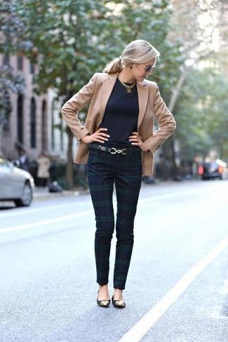 Combinar un blazer marrón claro: Elige un blazer marrón claro y unos pantalones pitillo de tartán en azul marino y verde para un look diario sin parecer demasiado arreglada. Si no quieres vestir totalmente formal, usa un par de bailarinas de ante negras.