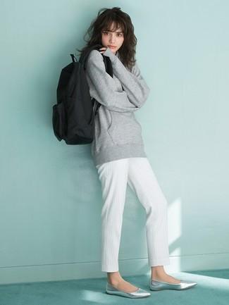 Cómo combinar: mochila de lona negra, bailarinas de cuero plateadas, pantalón de pinzas de rayas verticales blanco, sudadera gris