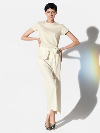 Cómo combinar: pulsera plateada, bailarinas de cuero plateadas, pantalones anchos en beige, jersey de manga corta en beige