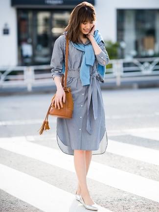 Cómo combinar: mochila con cordón de ante en tabaco, bailarinas de cuero plateadas, vestido camisa de rayas verticales azul marino, cárdigan celeste