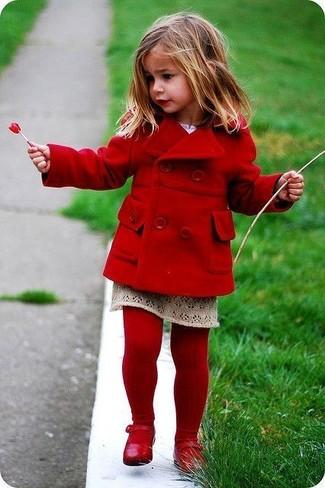 Cómo combinar: medias rojas, bailarinas rojas, falda en beige, abrigo rojo
