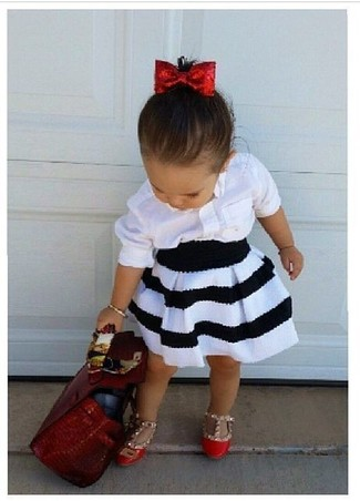 Cómo combinar: bailarinas rojas, falda en blanco y negro, camisa de vestir blanca
