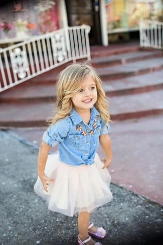 Cómo combinar: bailarinas rosadas, falda de tul blanca, camisa de vestir vaquera celeste