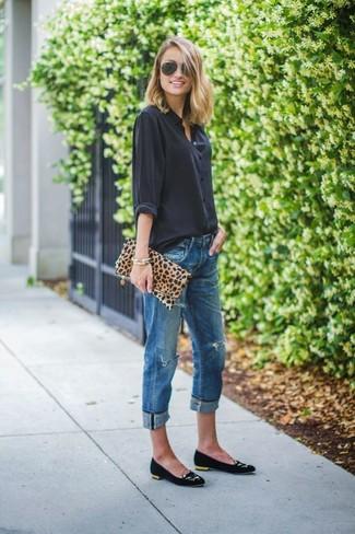 Combinar una cartera sobre de leopardo marrón claro: Elige una blusa de botones negra y una cartera sobre de leopardo marrón claro para un look agradable de fin de semana. Bailarinas de ante negras son una sencilla forma de complementar tu atuendo.