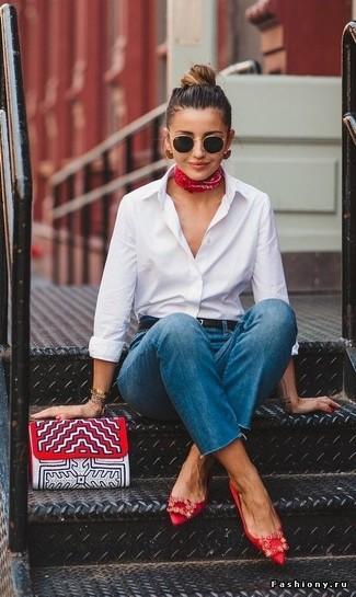 Combinar unas gafas de sol en negro y dorado: Una camisa de vestir blanca y unas gafas de sol en negro y dorado son una opción incomparable para el fin de semana. Bailarinas de satén con adornos rojas son una sencilla forma de complementar tu atuendo.