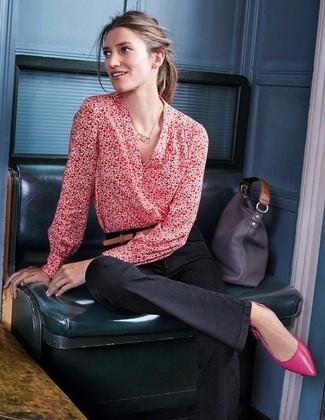 Cómo combinar: bolsa tote de cuero en gris oscuro, bailarinas de cuero rosa, vaqueros de campana negros, blusa de manga larga estampada roja