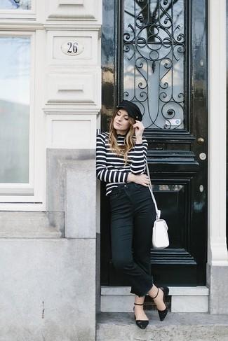 Cómo combinar: bolso bandolera de cuero blanco, bailarinas de cuero negras, vaqueros negros, jersey de cuello alto de rayas horizontales en negro y blanco
