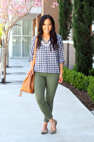 Cómo combinar: mochila con cordón de cuero marrón claro, bailarinas de ante de leopardo en beige, vaqueros pitillo verde oliva, camisa de vestir de cuadro vichy en azul marino y blanco