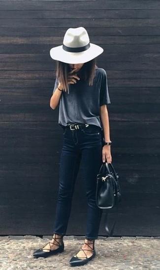 Cómo combinar: bolsa tote de cuero negra, bailarinas de cuero negras, vaqueros pitillo azul marino, camiseta con cuello circular en gris oscuro