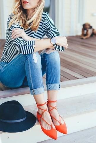 Cómo combinar: sombrero de lana azul marino, bailarinas de cuero naranjas, vaqueros pitillo desgastados azules, camiseta de manga larga de rayas horizontales en blanco y azul marino