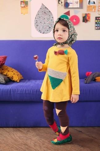 Cómo combinar: calcetines rojos, bailarinas verdes, leggings marrónes, vestido amarillo