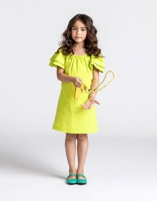 Cómo combinar: bailarinas verdes, vestido amarillo