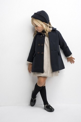 Cómo combinar: gorro en gris oscuro, bailarinas negras, vestido en beige, abrigo en gris oscuro