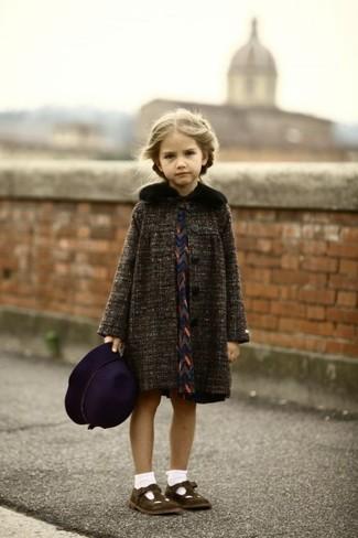 Cómo combinar: sombrero morado oscuro, bailarinas en marrón oscuro, vestido azul marino, abrigo en gris oscuro