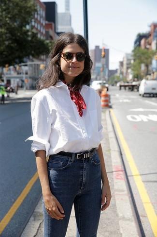 Cómo combinar: correa de cuero negra, bandana roja, vaqueros pitillo azules, camisa de vestir blanca