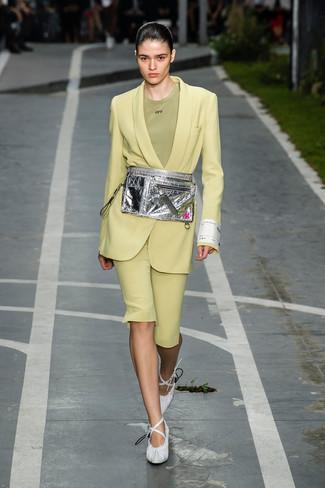 Cómo combinar: zapatos de tacón de cuero blancos, bermudas en amarillo verdoso, camiseta con cuello circular verde oliva, blazer en amarillo verdoso