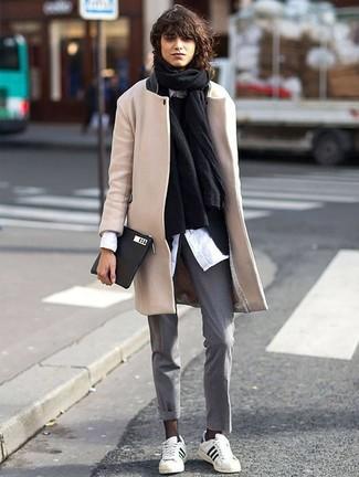 Cómo combinar: jersey con cuello circular negro, blazer negro, abrigo en beige, chal negro