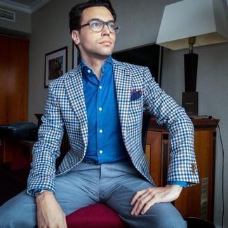 Cómo combinar: blazer de cuadro vichy azul, camisa vaquera azul, pantalón de vestir celeste, pañuelo de bolsillo en rojo y azul marino